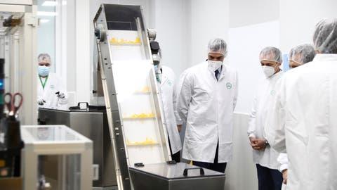 Spaniens Premierminister Pedro Sanchez (mitte) besucht das Labor der Phamramfirma Rovi inMadrid. Hier wird der Coronaimpfstoff des US-Konzerns Moderna produziert. (Fernando Calvo / Moncloa Palace/ / EPA)