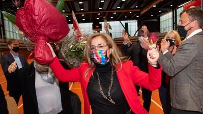 Freude herrscht: Maria Pappa mit Blumenstrauss und Regenbogen-Hygienemaske. (Bild: Ralph Ribi (29.11.2020))