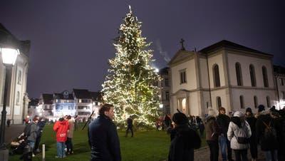 Der Christbaum leuchtet neben den Domtürmen in die Adventsnacht. (Bild: Sandro Büchler (29.11.2020))