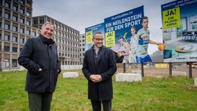 Toni Bucher (links) und Nick Christen, die Initianten der Pilatus-Arena, auf dem Mattenhof-Areal, wo die Überbauung realisiert wird. (Bild: Boris Bürgisser (Kriens, 29. November 2020))