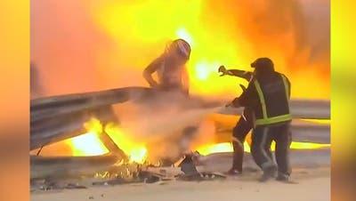 Grosjean kann sich aus diesem Feuerwall retten. (Bild: Brynn Lennon / AP)