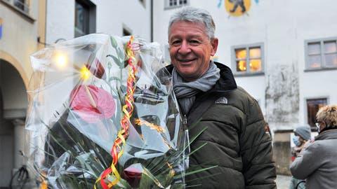 Mit Blumen von der Partei: Wahlsieger Hans Mäder posiert auf dem Hof zu Wil. (Bild: Olaf Kühne)