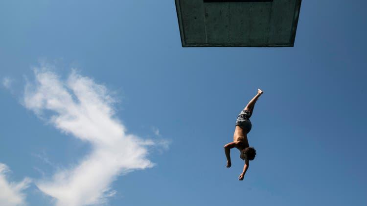 Vom Sprungbrett in den See springen kostet in Zürich auch im Jahr 2022. (Symbolbild) (Keystone)