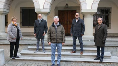 Sie bilden für die nächsten vier Jahre die Wiler Stadtregierung (von links): Ursula Egli (SVP), Andreas Breitenmoser (parteilos), Stadtpräsident Hans Mäder (CVP), Dario Sulzer (SP) und Jigme Shitsetsang (FDP). (Bild: Hans Suter)