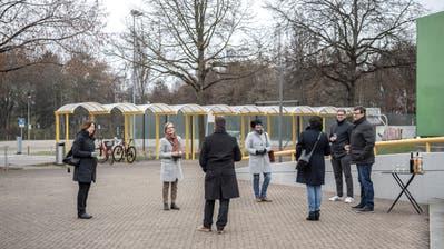 Gemeindevertreter freuen sich über das Resultat - im Hintergrund wird das Schulhaus entstehen. (Bild: Pius Amrein (Sursee, 29. November 2020))