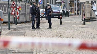 Polizeibeamte stehen am Dienstagmorgen am Tatort Schwedenplatz in Wien. (Hans Punz / APA/APA)