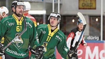 Ein Hauch von Bewunderung umgibt ThurgausDreifachtorschützen Patrick Spannring (links). Später reihte sich auch David Baumann (rechts) noch unter die Torschützen.