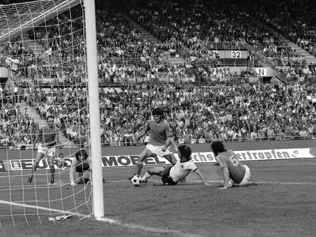 Bei der WM 1974 trifft Müller gegen Jugoslawien im Sitzen