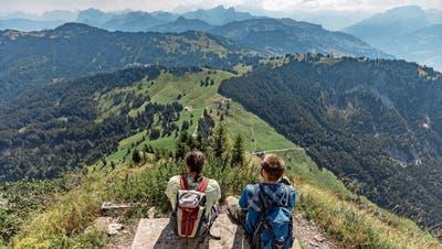 Wanderer auf dem Grossen Mythen oberhalb von Brunni. (Bild: Thomas Hodel/Keystone (4. August 2018))