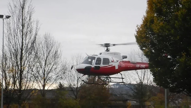 Ein Helikopter stellte zehn Beleuchtungsmasten beim neuen Kunstrasen auf