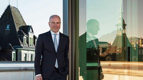 CEO Daniel Salzmann am LUKB-Hauptsitz in Luzern.
