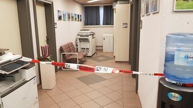 Polizeiabsperrung im Oberhelfenschwiler Gemeindehaus: Die Täterschaft habe genau gewusst, wo sie den Tresor finden würde, vermutet Gemeindepräsident Toni Hässig. (Bild: PD (30. November 2020))