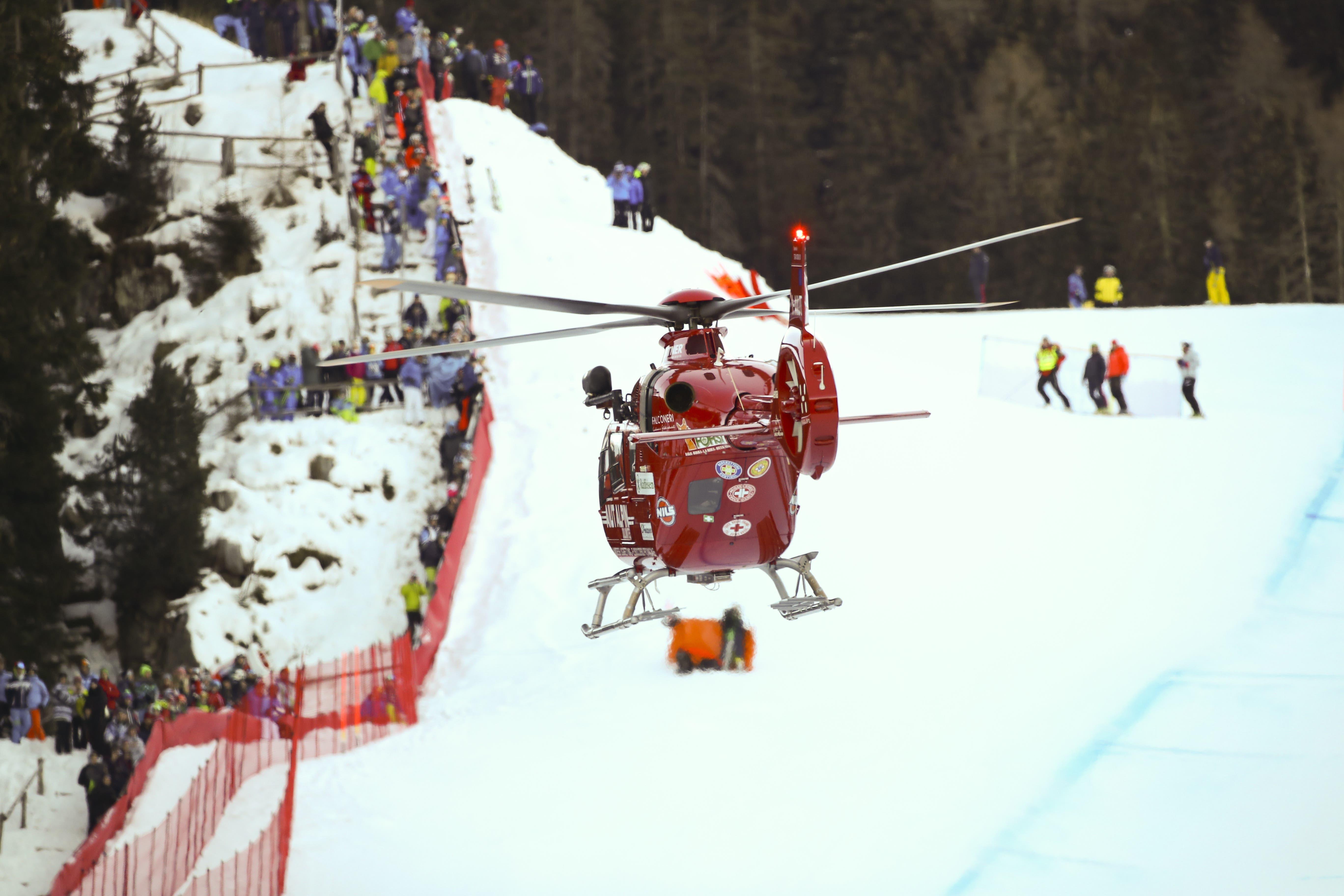 Die Rega hebt mit dem verletzten Marc Gisin an Bord ab, nachdem dieser am Weltcup 2018 in Val Gardena, Italien, gestürzt ist.