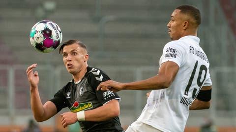 Ermedin Demirovic (links) kommt gegen Augsburg erstmals für seinen neuen Klub Freiburg von Beginn weg zum Einsatz. (Stefan Puchner/DPA)
