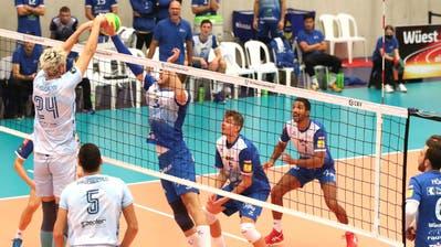 Die Vorbereitung auf das nächste Europacupspiel wird für Volley Amriswil (blau) zur Geduldsprobe. (Bild: Mario Gaccioli)