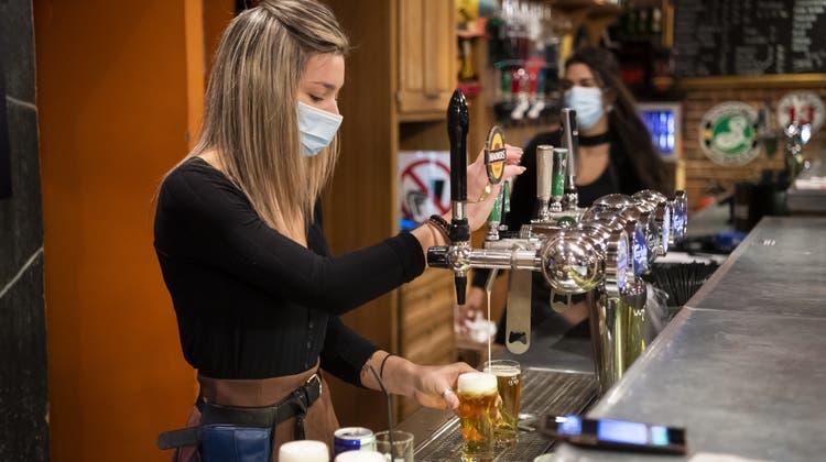 Noch bis am Freitagabend um 22 Uhr dürfen Gastronomiebetriebe im Kanton Wallis - hier eine Bar in Martigny - Bier ausschenken. Danach müssen sie bis am 30. November schliessen. (Jean-Christophe Bott/Keystone)
