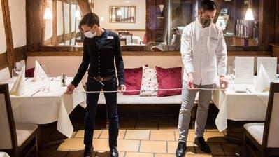 Claudia Luchsinger, Leiterin Restauration, und Inhaber Christoph Komarnicki messen die Abstände im «Goldenen Kreuz». (Bild: Reto Martin)