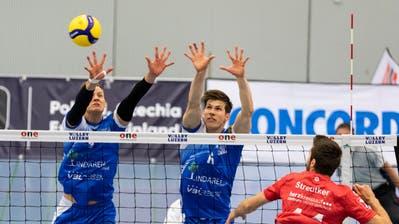Die Luzerner Alexander Berggren (links) und Stig Döös Traagstad wehren sich gegen Daan Streutker ohne Erfolg. (Patrick Hürlimann (Luzern, 4. November 2020))