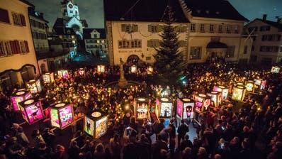 Traditionsgemäss singen die Schülerinnen und Schüler auf dem Rathausplatz «Freut euch des Lebens». Wegen der Absage der Bochselnacht wird es dieses Jahr stumm bleiben am 17. Dezember. Hier zum Schwelgen: Ein Bild vom letzten Jahr. (Bild: Reto Martin (Weinfelden, 19. Dezember 2019))