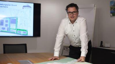 Hermann Epp, Gemeindepräsident von Silenen, spricht über das Projekt Sport- und Ärztezentrum Grund in Amsteg. (Florian Arnold (30. Oktober 2020))