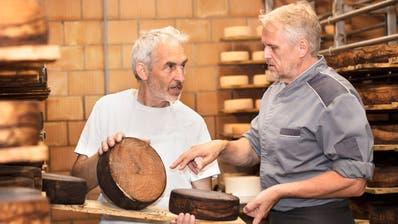 Viele Produkte stammen wie diese Käselaibe aus dem Klosterbetrieb: Küchenchef Jürgen Stöckel (rechts) mit Käsereimeister Ruedi Tritten. (Lucas Peters Photography)