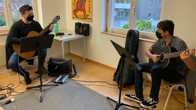 Beim Gitarrenunterricht in der Musikschule Werdenberg kann nicht nur der Abstand eingehalten werden, es wird auch eine Maske getragen. Ausserdem wird regelmässig gelüftet. (PD)