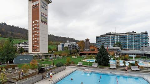 Dank angenehmen Wassertemperaturen kann man im Thermalbad Bad Zurzach auch im Herbst draussen schwimmen. (Bilder: Alex Spichale)