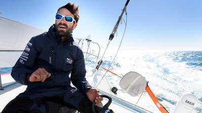 Alan Roura an Bord seines Bootes, mit dem er am Sonntag zum zweiten Mal bei der Segel-Regatte Vendée Globe startet. (Keystone)