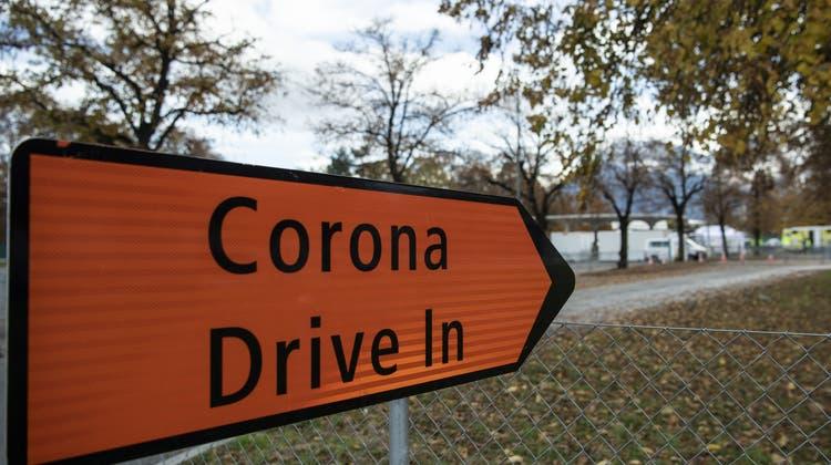 Vielerorts werden jetzt wieder Drive-In-Testcenter eröffnet. Hier das Zentrum in Thun. (Keystone)