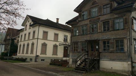 Das ehemalige Schulhaus Speer (Mitte) wird nicht mehr benutzt, darum sollen darin Asylsuchende untergebracht werden. Die beiden Gebäude daneben sollen abgerissen werden. (Bild: Sabine Camedda)