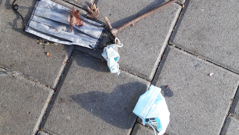 Achtlos weggeworfen: Eine Leserin sammelte kürzlich drei Masken vom Boden auf. (Bild: PD)