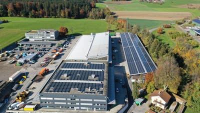 Die 7500 Quadratmeter grosse Fotovoltaikanlage auf den Dächern der Risi Immobilien AG oberhalb von Blickensdorf ist fast fertig. (Bild: PD)