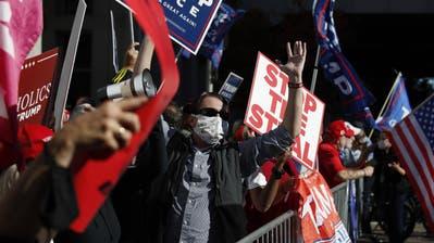 Biden-Anhänger verfolgen die Wahl. (Bild: Jim Lo Scalzo / EPA (Wilmington, 4. November 2020))