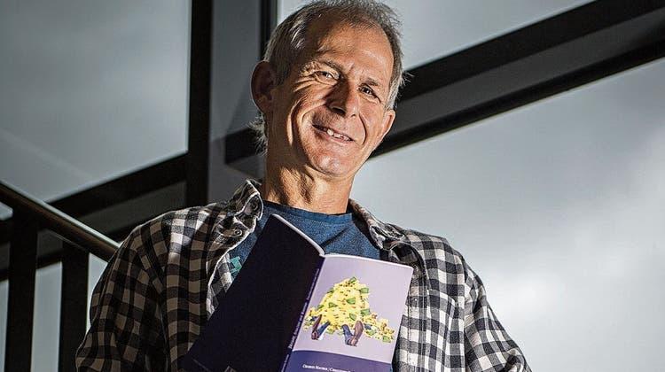 Christoph Sutter mit dem Buch, das er mit Charles Maurer geschrieben hat. (Bild: Reto Martin)