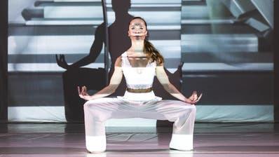 Tägliches Training auf dem Laufband der Selbstoptimierung: Die Tänzerin Robina Steyer rückt das Schneller, Besser und Schöner des digitalen Zeitalters ins Zentrum ihres Stücks «#optimizemyselves». (Bild: Kay Appenzeller)