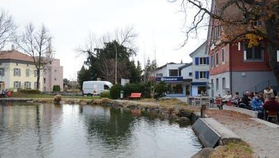 Eine Ableitung aus dem Werdenbergersee muss aufgrund einer geplanten Überbauung (Visiere im Hintergrund) umgelegt werden. (Corinne Hanselmann)