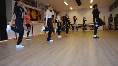 Von Moonwalk bis zu Sprüngen: Die Tänzerinnen vergassen beim Workshop sogar die Trinkpause. (Bild: PD)