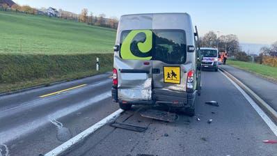 Am Schulbus enstand grosser Sachschaden (Bild: PD/Zuger Polizei)