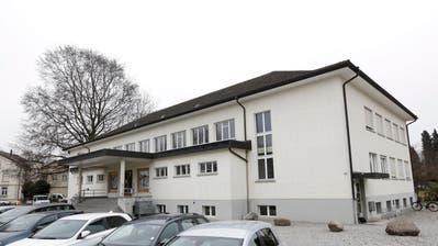 1940 eingeweiht, steht die Mehrzweckhalle Oberhofen heute unter Denkmalschutz. Um einen Neubau zu ermöglichen, will der Gemeinderat den Bau aus dem Schutzplan entfernen. (Bild: Donato Caspari)