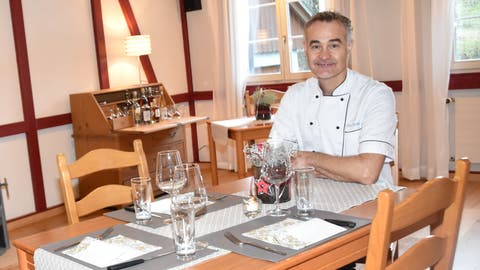 Eric Dufeu an einem Tisch im «Mineralbad». Der Gastronom ist auch ausserhalb der Ostschweiz bekannt. (Bild: Isabelle Kürsteiner)