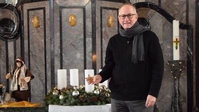 Der Stern, den Mark Hampton in der Hand hält, hängt jedes Jahr bei ihm zu Hause am Weihnachtsbaum. (Bild: Lara Wüest)