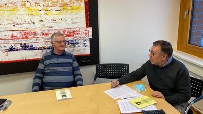 Hans Brugger aus Ermatingen und Thomas Fischer aus Triboltingen sind unzufrieden mit der Finanzpolitik ihres Gemeinderates. ((Bild: Urs Brüschweiler))