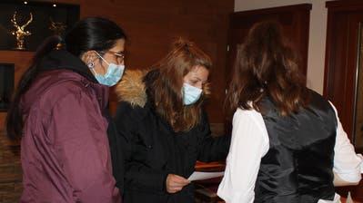 Franziska Gutknecht-Schärer (links) und Morena Marcacci(Mitte) kontrollieren die Einhaltung der Coronaschutzmassnahmen im Hotel Höfli in Altdorf. (Bild: Markus Zwyssig (Altdorf, 9. Dezember 2020))