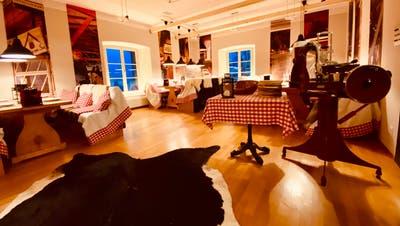 Dank der Dekoration mit rot-weiss karierten Tischdecken, viel Holz und Felldecken entsteht eine entspannte Winterstimmung. (Bild: PD/Schloss Wartensee)
