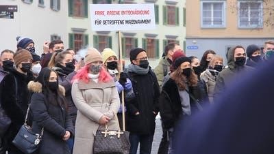 Viele der rund 400 Marschierenden hielten Transparente in die Luft, die Unterstützung für die gebeutelte Gastronomiebranche fordern. (Bild: Alain Rutishauser)