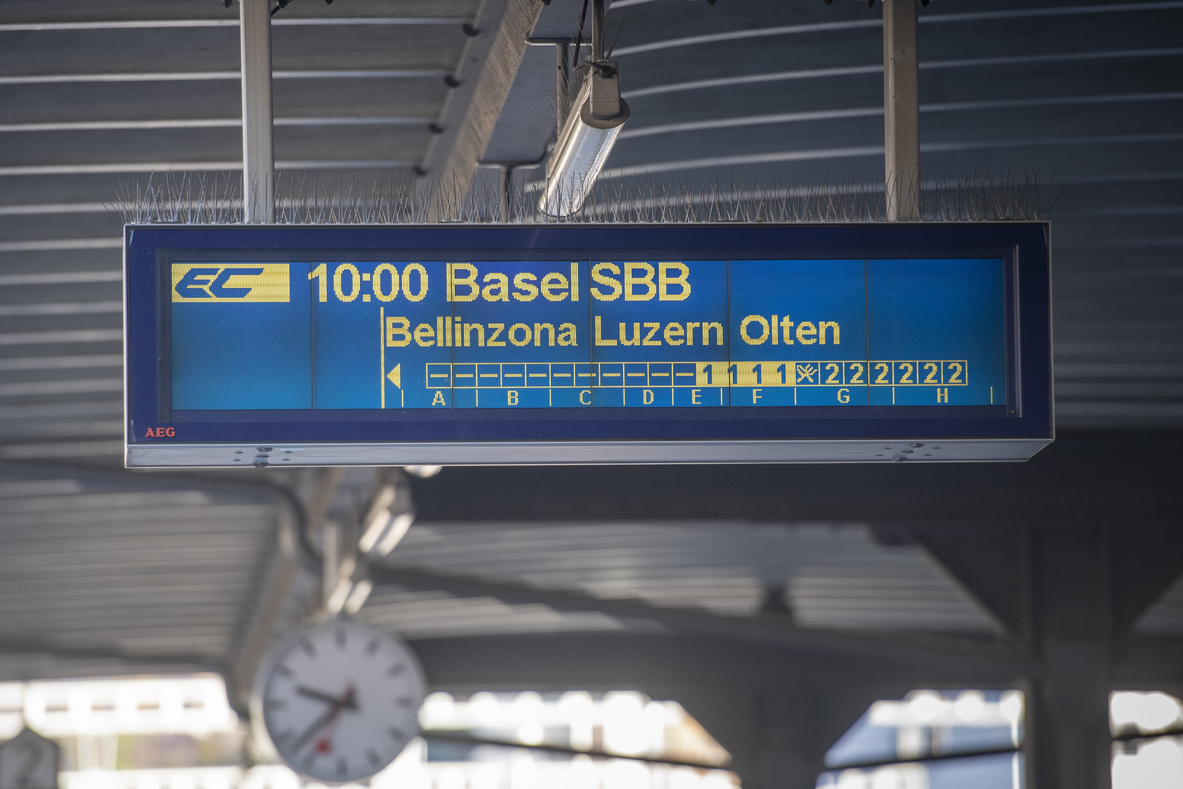Eine Anzeigetafel zeigt die EC-Verbindung von Lugano nach Basel.
