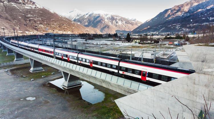 Der erste Zug fährt durch den am 13.12.2020 um 10 Uhr in Betrieb genommenen Ceneri-Basistunnel. (Alessandro Crinari / KEYSTONE/Ti-Press)