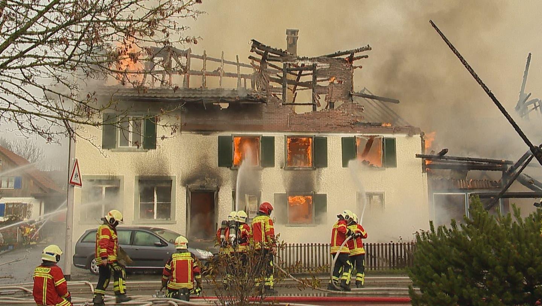 Grosser Sachschadenaber keine Verletzten: Wohnhaus mit angebauterWerkstatt von Feuer zerstört