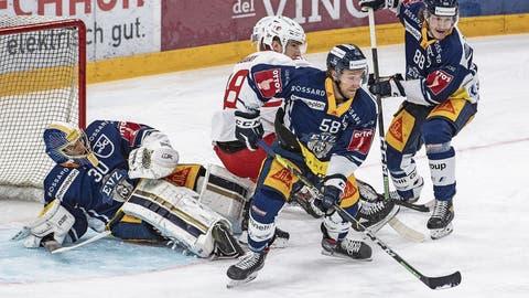 Verteidiger Jesse Zgraggen (am Puck) hat in dieser Saison erst acht Spiele absolviert. (Bild: Urs Flüeler/Keystone (Zug, 16. Oktober 2020))