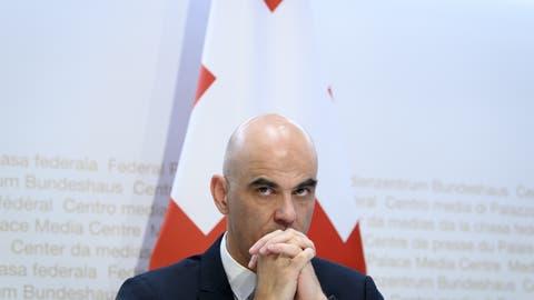 «Lage unter Kontrolle»: Bundesrat Alain Berset verteidigte im Westschweizer Fernsehen RTS seine Politik. (Keystone)